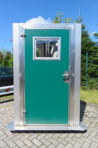 Isolierte Stalltür mit Fenster grün